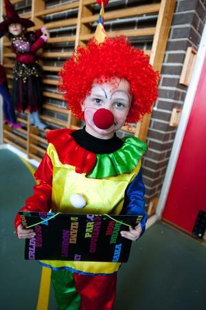 Med stolthet bar Jonatan Bergström, 5 år, sin clowndräkt på fredagen.  Jonatans fina dräkt utsågs till Bästa  kostym.