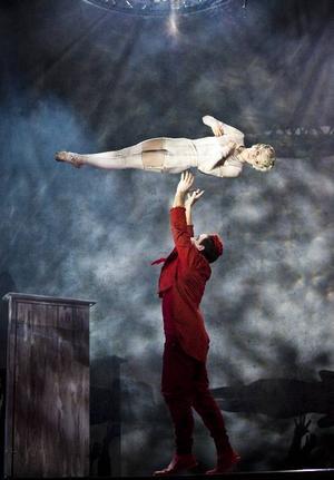 Cirkörs Louise Bjurholm, Henrik Agger utmanar rädsla och gravitation. Foto: Mats Bäcker