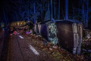 Bilen med släpvagn voltade i diket. Foto: Niklas Hagman