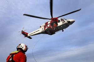 En av Sjöfartsverkets räddningshelikoptrar av typen Augusta Westland AW 139. Samtliga piloter och en absolut majoritet av vinschoperatörerna och ytbärgarna har nu skrivit under ett brev där de riktar skarp kritik mot sin arbetsgivare Sjöfartsverket. Arkivbild.