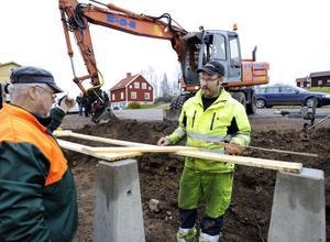 Arne Söderberg och Niklas Larsson ser till att informationstavlan kommer upp.