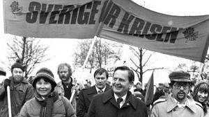 Olof Palme med Lisbeth vid sin sida på väg för att Första maj-tala i Folkets park Västerås 1981.