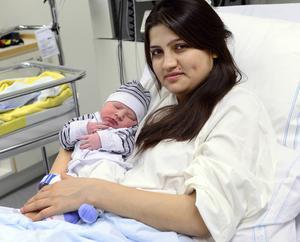 Hameeda Omar Abdulrahman med sin nyfödda bebis.