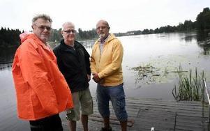 Bengt-Olov Eriksson, Leif Folkesson och Yngve Sundberg säger att man till årets Drakbåtsrace har flyttat starten 50 meter uppströms, detta för att få målgången med överskådlig för publiken.FOTO: MIKAEL ERIKSSON