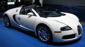 VILLE RULLA UT. Värstingbilen Bugatti Veyron med över 1 000 hästar hade svårt att stå kvar i montern.