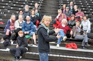 Föreställningens regissör, Sven Wollters son Karl Seldahl, Sundsvall, säger sig känna sig nöjd med det som han serveras publiken på Döda Fallets vridläktare under 24 föresträllningar i sommar.