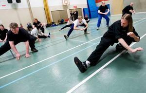 Stretching är en stor del i träningen då det är viktigt att kroppen är varm och mjuk. David Carlsson leder uppvärmningen.