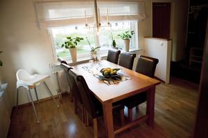 """Matplats. Där familjen Malm har """"loungehörna"""" har familjen Sjöberg Hellgrens matgrupp. Susanne vill fräscha upp med nya stolar och småningom även byta bordet. """"Men man kan inte byta ut alla möbler man tröttnat på."""