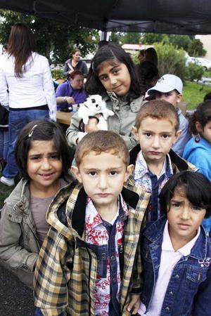I väntan på ansiktsmålningen. Negrin Hussein hade med sig sin kanin Sherinom i koppel på Vallbydagen. Här står hon i kö till ansiktsmålningen tillsammans med sina syskon och kusiner Nerin Hussein, Dilsos Alyussef, Delbur Alyussef och Revin Hussein.