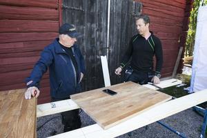 Willy Björkman och Matte Karlsson diskuterar det blivande kökets konstruktion.