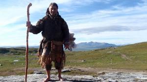 Gianluca Gaudenzi vandrar barfota och endast klädd i naturkläder från Älgklanens folk i Glösa.
