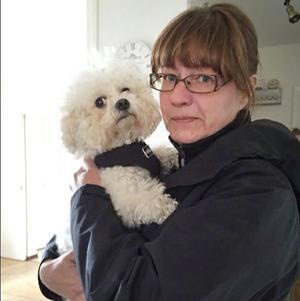 Carina Gustavsson med hunden Vovvas. Bilden är tagen vid ett tidigare tillfälle.