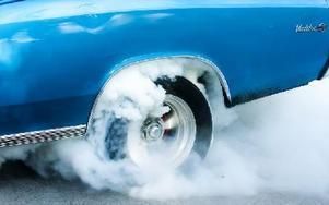 Burn-out var väldigt populärt under kvällen. När bilarna visade upp sig på Tiskenparkeringen applåderade publiken. Foto: Mikael Forslund