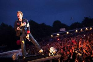 På lördag spelar Coldplay inför ett utsålt Stockholms stadion. Här Chris Martin under en spelning på Roskilde tidigare i somras. Foto: Thorkild Amdi/AP/Scanpix