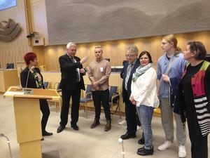 – Så här går det till vid debatter och votering i riksdagens plenisal berättar länets riksdagsledamot (c) Anders W Jonsson för politikerskolegruppen från Hudiksvall.