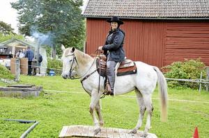Uppvisning. Elisabeth Brandin visade i går tillsammans stoet Britta, 18 år, olika övningar inom westernridning.
