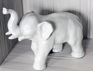 Den ståtliga elefanten i keramik från Upsala-Ekeby, är designad av Vicke Lindstrand på 1940-talet.