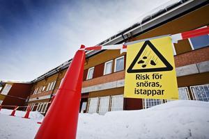 Ett yttertak på Vivallaskolan har gett vika under trycket från snömassorna. Enligt en förälder och uppgifter från Öbo släpptes barn in i de avstängda lokalerna innan taket var kontrollerat efter raset. Bild: PETTER KOUBEK.