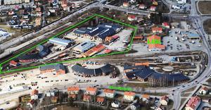 Kommunen köper nu verkstadsområdet inom den gröna linjen för 15 miljoner kronor. Lokstallarna vid Järnvägsgatan i förgrunden har andra ägare och ingår inte i köpet.