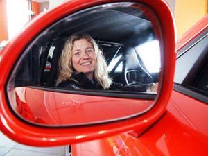 Hotellchefen Isabel Hamilton bakom ratten i en av hotellets bilar.  Gästerna strömmar till, såväl svenska som internationella.