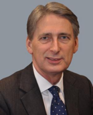 Han får sällskap av Storbritanniens försvarsminister Philip Hammond.