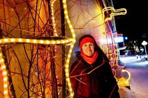 """Liselott From är projektledare för """"Tags on town"""". När hon såg blomställningarna på Stjärntorget bestämde hon sig för att låta dem förvandlas till sjöhästar under några veckor."""