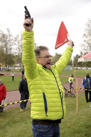 Startklart. Kåre Einarsson höjer startpistolen och flaggan för att högt räkna ner de sista fem sekunderna.