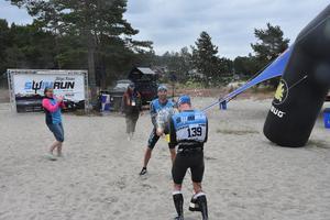 Team Orca (Pär Kristoffersson och Joakim Axelsson) var det första paret över mållinjen och firar här med att spruta skumpa på varandra.