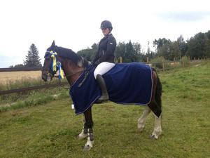 Amanda Bååth, Bollnäs RS – nykorad Norrlandsmästare i ponnyhoppning. Här med sin d-ponny Miskaun Harvey.