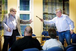 Leo Holtter och Per Svedberg lyckades alldeles utmärkt att skicka mikrofonen mellan varandra utan någon debattledare.