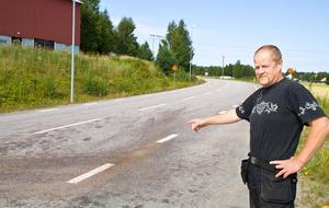 Magnus Andreasson visar var olyckan inträffade och där han pratade med den svårt skadade motorcyklisten.