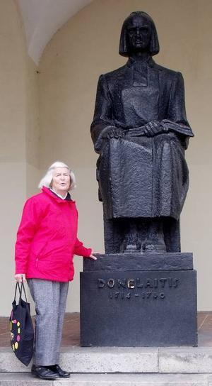 Utanför Vilnius universitet står författaren Kristijonas Donelaitis staty. Karin Nordquist berättade att han levde på 1700-talet och skrev Litauens nationalepos Årstiderna.