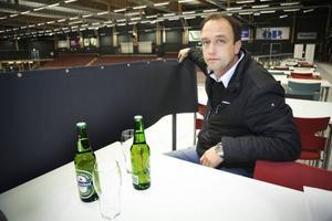– Tygerna som ska dölja flaskorna på matborden för övriga besökare, döljer också sikten för de matgäster som vill ta del av det som sker nere på isen eller framme på scenen, förklarar Micke Eriksson, delägare på KMM Nöjen.