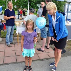 Margareta Nordling såg på när länets moderaters riksdagskandidat Saila Quicklund, försåg Vera Eriksson, Rävanäset, med en ballong.Quicklund turnerar dessa dagar på länets olika marknader för att sprida sitt budskap.