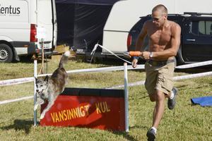 Jan Otto Tuset från Sällbu provade agility med lånehunden Stina.