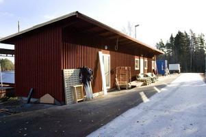 LÅTSASVINTER. Nu lägger de ut snön i det konstgjorda spåret i Högbo. Två veckor försenat - men ändå långt före det är möjligt att åka skidor i vanliga spår.
