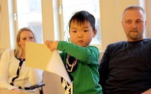 – Jag tycker inte man ska stirra sig blind på handikappet, säger Helena Hjorth, här med maken Tommy Mattsson och sonen Maddox, fyra år. FOTO: ANGELICA LINDVALL
