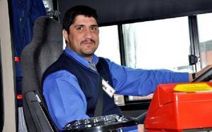 -- Det är trångt och besvärligt. Speciellt när det blir möte mellan bussarna, säger Namir Salah.