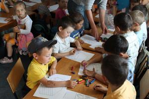 Tionde transporten landade den 13 oktober, de här bilderna är dock från i våras, då barnen i de fattiga byarna fick pennor och papper, bland annat.Foto: PRIVAT