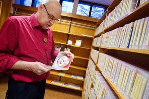 Bibliotekarie Björn Hansson är sällan med om att någon lånar böckerna med punktskrift.   oto: Ulrika Andersson