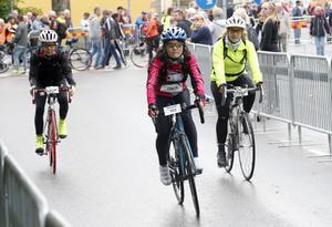 De här tre damerna hade inte bråttom iväg och lämnade startområdet sist i sin startgrupp. Till höger syns Helena Hallberg från Ramnäs som cyklade Vätternrundan på 14:44.
