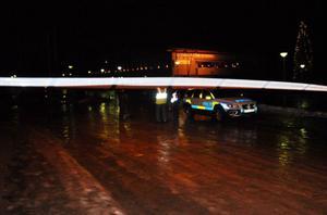 Svegspoliserna Ingrid Larsson och Jana Solsten var först på plats och sedan har de efterhand fått in förstärkning till arbetet med att evakuera närområdet.