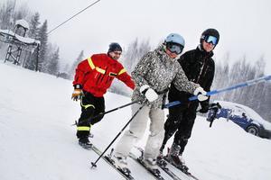 Liftvärden Anders Thyr hjälpte några snöentusiaster tillrätta i liften.