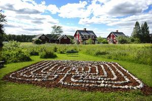 Central men skymd. Förhoppningen är att labyrinten och trädgården ska vara mer skymd från omgivningen med angränsande buskar. Foto:Mikaela Larm