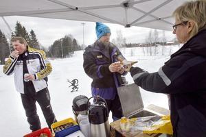 Anette Johansson serverar korv till Per Eriksson som åkte till träffen från Hudiksvall.