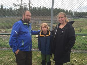 Sofie Sandström och Tony och Lo (son) och Moberg tycker att det borde göras en minnesdag.