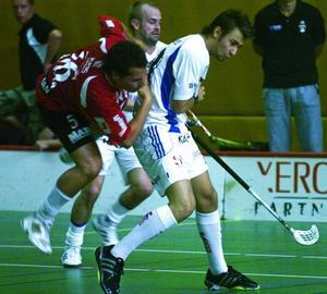 Tufft. IBF Falun fick ingen lätt uppgift i mötet mot Alba, här symboliserat av nyförvärvet Marcus Hansson, som bjuds på en luftfärd, av en Alba-spelare. Falun hade all möda i världen att bärga ett oavgjort resultat. Foto:Mikael Forslund