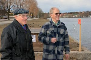 Arne Bengter, till vänster i bild, här  tillsammans med Ulf Sundh, var en trogen medlem i Föreningen för främjandet av fågellivet i Lillfjärden. Foto/arkiv: Christina Bodén