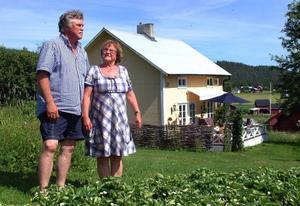 Björn och Anita Löfgren bor mycket vackert i sitt Per Albintorp i Döviken, Revsund, söder om Gällö.