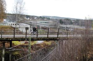 Den gamla gång- och cykelbron över järnvägen i Bergeforsen har varit i planeringsstadiet länge men nu ska planerna bli verklighet.